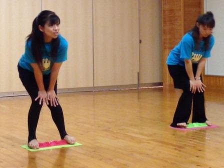 竹ふみ体操で足ツボ刺激