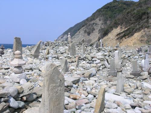 旅する長崎学 海の英雄たちが眠る島 ―上五島・日島の石塔群