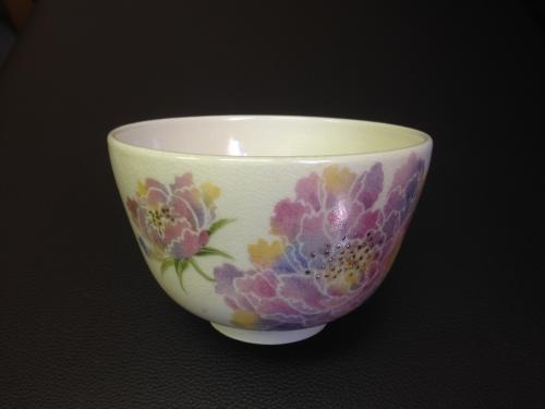 抹茶茶碗に牡丹を描く