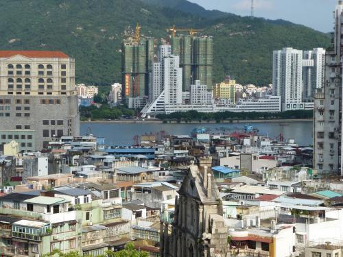世界遺産マカオ。内港の対岸は中国本土