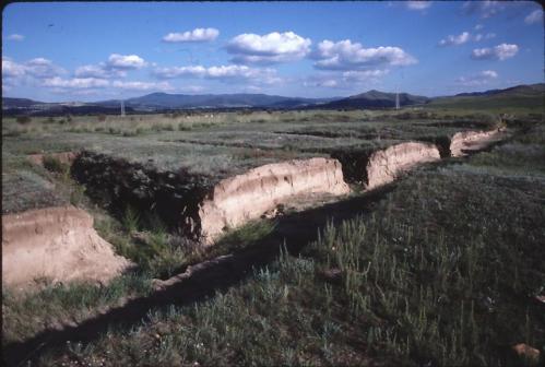 ロシア、ブリャーチア、イヴォルガ集落址(匈奴時代)。集落を取り囲む四重の土塁と壕の断面(1997年、林撮影)