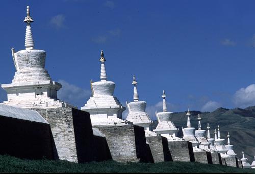 モンゴルで最古の寺院 エルデニ・ゾーを囲む108 基の仏塔 (モンゴル・カラコルム近郊)
