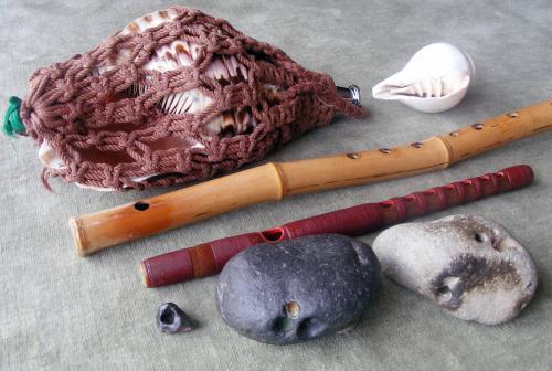 講師所有の石笛、横笛、法螺貝