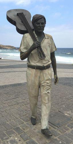 イパネマのビーチに立つアントニオ・カルロス・ジョビン像