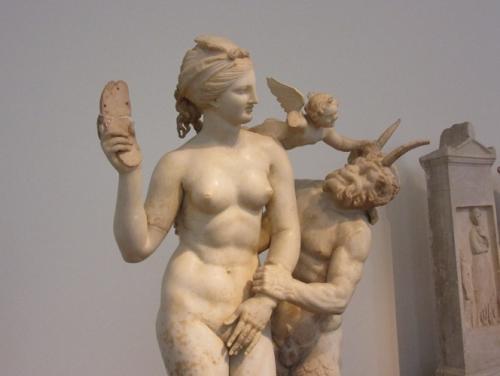③「バーンとアフロディテ」アテネ国立博物館