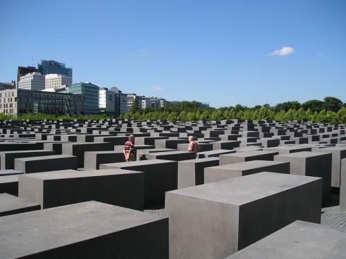 2711の石が並んだユダヤ記念碑