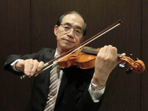 クモの糸のバイオリンを弾く大﨑講師