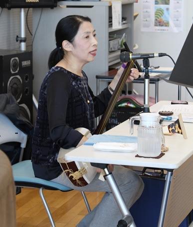 井上美由記講師の三味線の伴奏に合わせて練習します