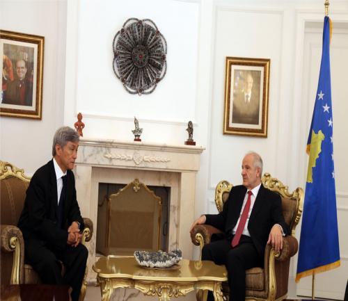 2010年日米が承認して独立したコソボ共和国のセジュウ大統領と会談(左は講師)