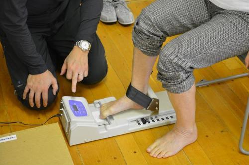 足指の筋力を測定しています