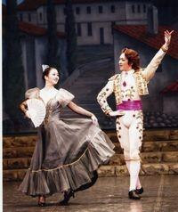 ドンキホーテを踊る講師(左)