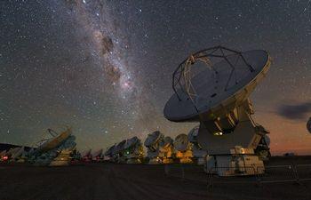 天の川とアルマ望遠鏡 ⒸESO/Y. Beletsky
