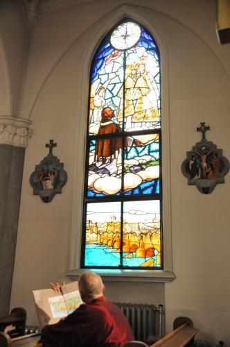 カトリック山手教会(聖心大聖堂)にある、プラハのヴルタヴァ川、カレル橋、プラハ城などをモチーフにしたステンドガラス