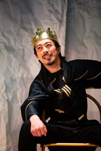 シェイクスピア劇を演じる講師