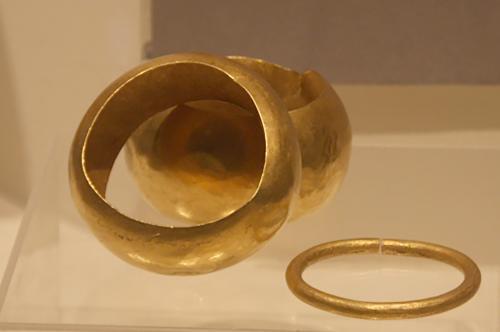 ヴァルナ墓出土の金製腕輪