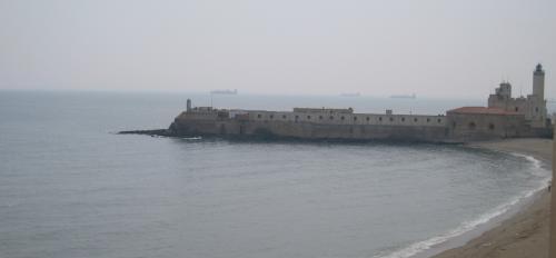 アルジェ港内の小島