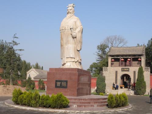 曹操が拠点とした鄴城の遺跡に立てられた石像