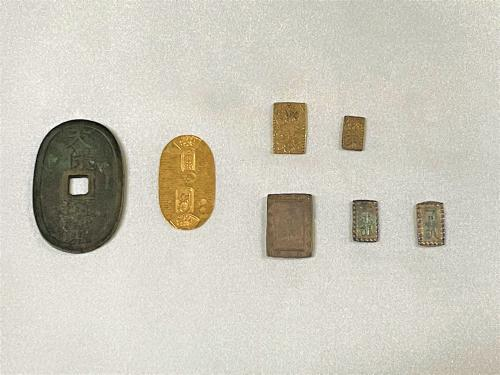 江戸時代の貨幣(霊山歴史館提供)
