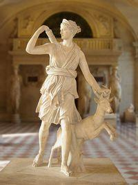 女神アルテミス(ルーヴル美術館蔵)