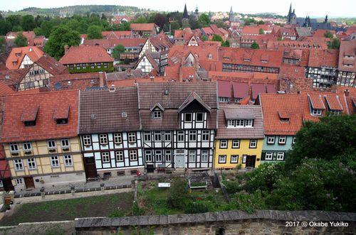 城の下に並ぶ職人たちの家