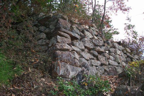 三の丸の石垣。ここから立て続けに遺構が現れる