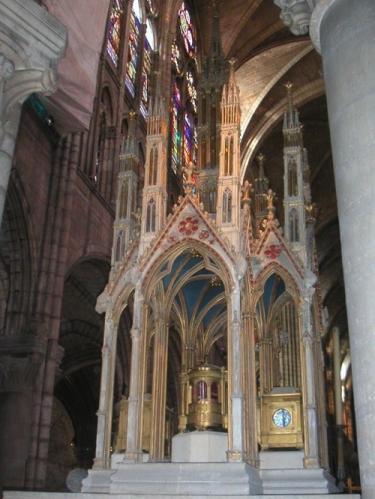 「殉教者聖ドニの聖遺物(棺)」フランス王ルイ6世に勝利をもたらしたといわれる(サン・ドニ聖堂所蔵・講師撮影)