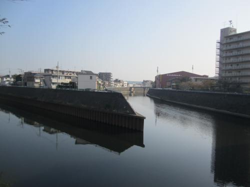 柏尾川と境川の合流地(JR藤沢駅付近:右の柏尾川は玉縄城の「外堀」)