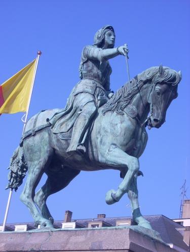ジャンヌ・ダルク騎馬像(オルレアンのマルトロワ中央広場:2008年現地撮影)