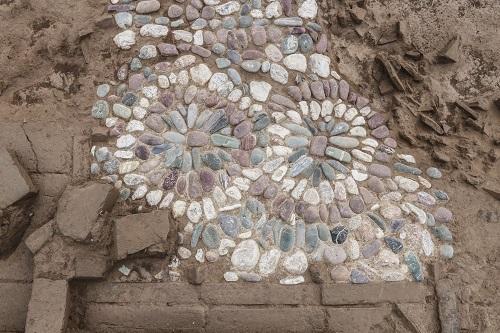 石で描かれた花文様(帝京大学提供)