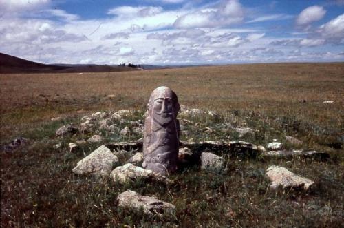 モンゴル西北部、オブス湖南方の山上草原に立つ石人、7~8世紀(林撮影)