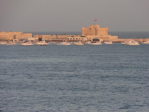 アレクサンドリア湾に面して建つカイトベイ要塞(講師撮影)