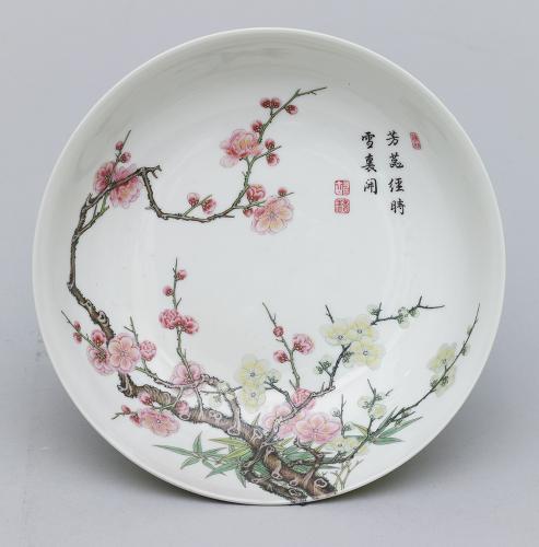 琺瑯彩梅樹文盤  清時代 景徳鎮窯  東京国立博物館 Image:TNM Image Archives