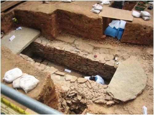 愛知県東之宮古墳における竪穴式石室の調査風景